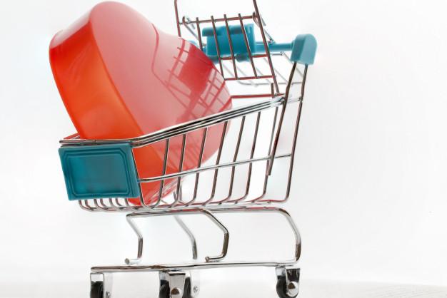 conceito-de-dia-dos-namorados-infinito-amor-coracao-vermelho-no-carrinho-de-compras-supermercado-na-mesa-tablet-na-tela_4236-384