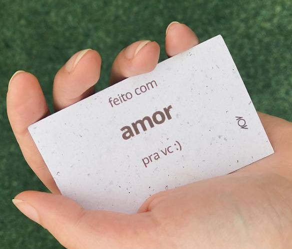 """bilhete com o texto """"feito com amor pra vc"""", usado pela marca dobra para presentear seus clientes. um bom exemplo de unboxing experience."""