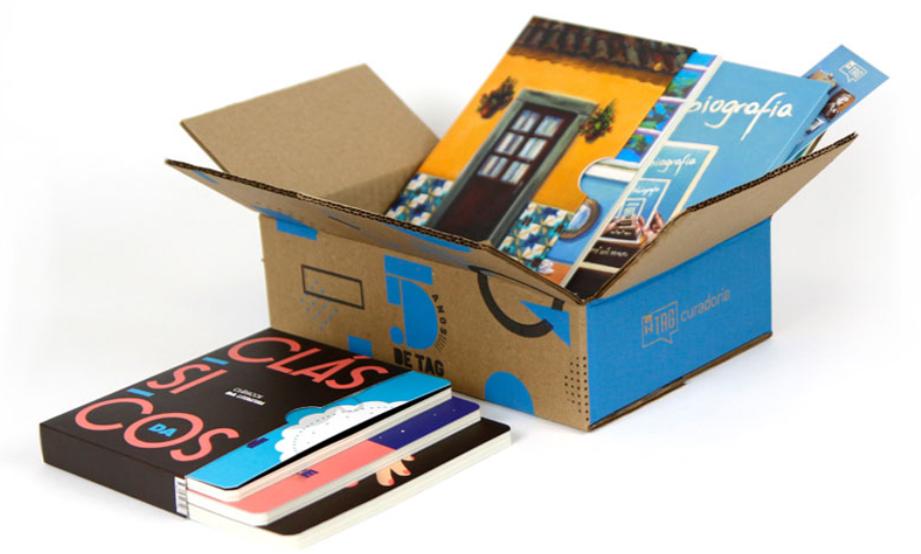 caixa aberta da tag livros. contém livros, revistas e marcadores de página.