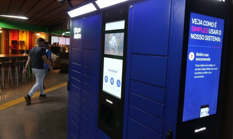 smart locker da clique retire instalado em uma estação de metrô no rio de janeiro