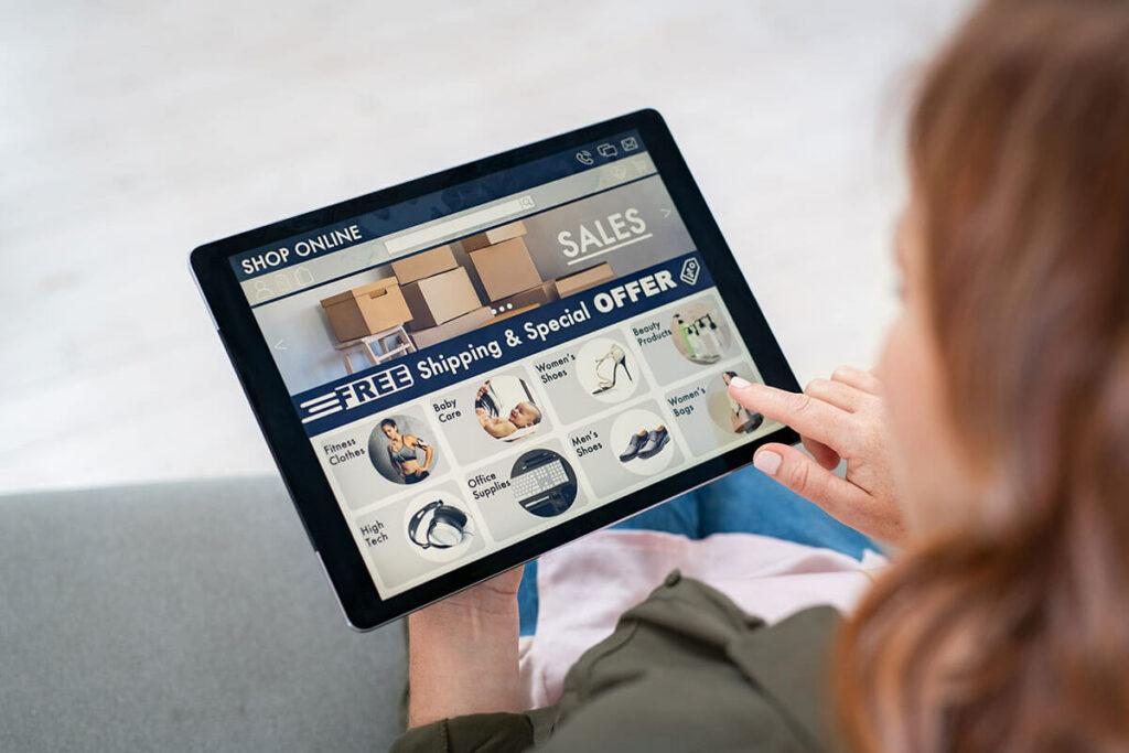tablet mostra tela de um e-commerce com diversas categorias de produto