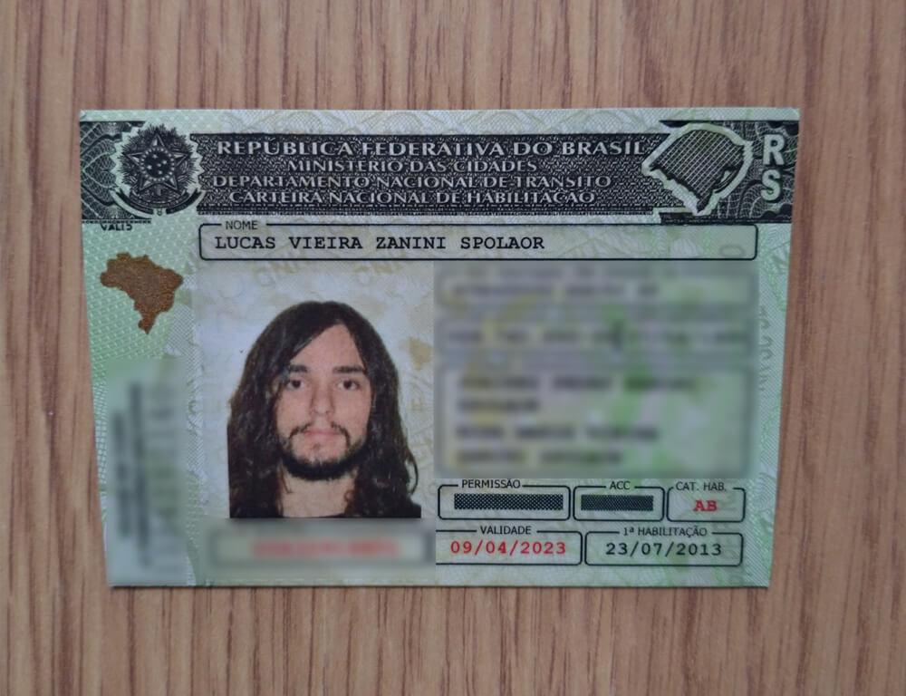 carteira nacional de habilitação de um homem branco de cabelos compridos e barba rala