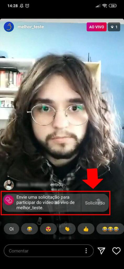 homem branco de cabelos compridos e óculos de grau mostrando como fazer live com duas pessoas no instagram