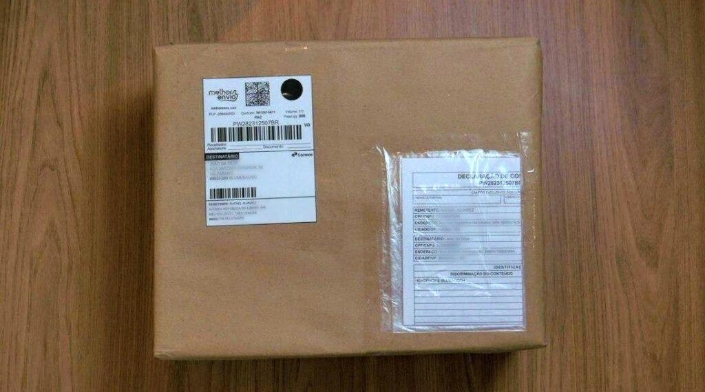Embalagem pronta para envio com a etiqueta de frete do Melhor Envio