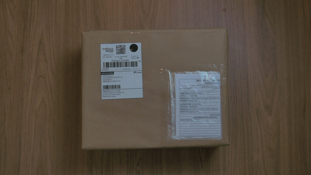 caixa quadrada com etiqueta do melhor envio e declaração de conteúdo