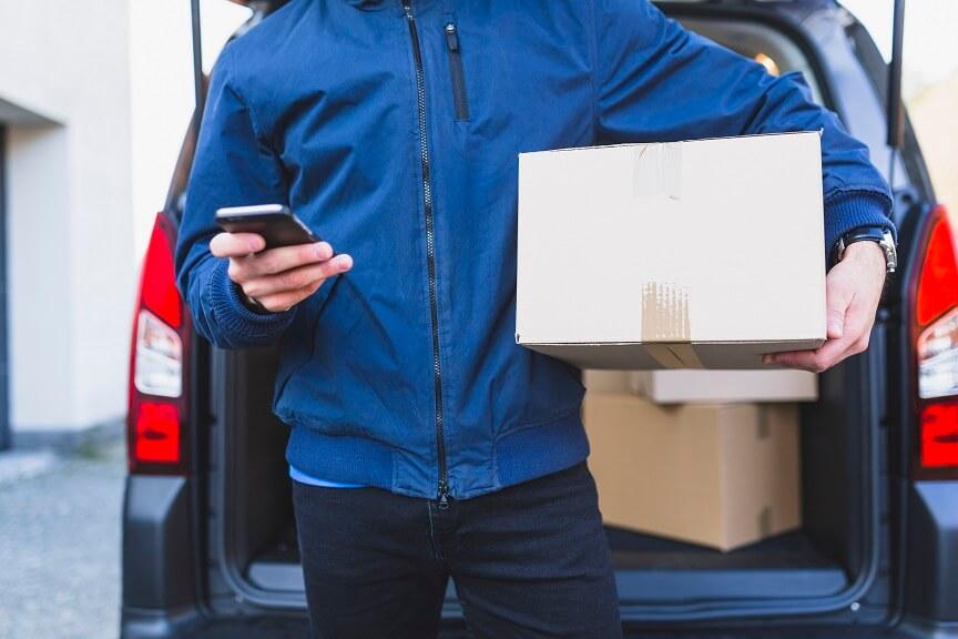imagem de entregador segurando encomendas