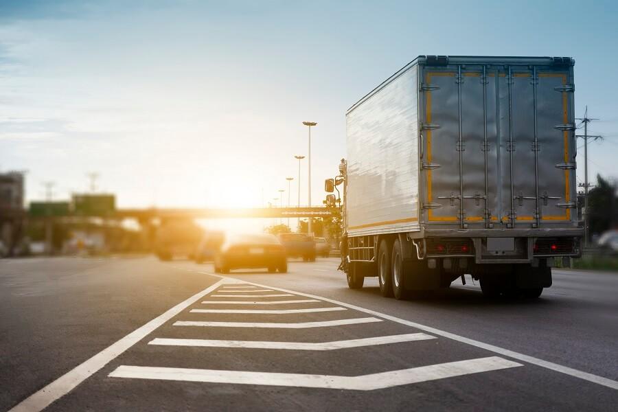 foto de caminhão na estrada