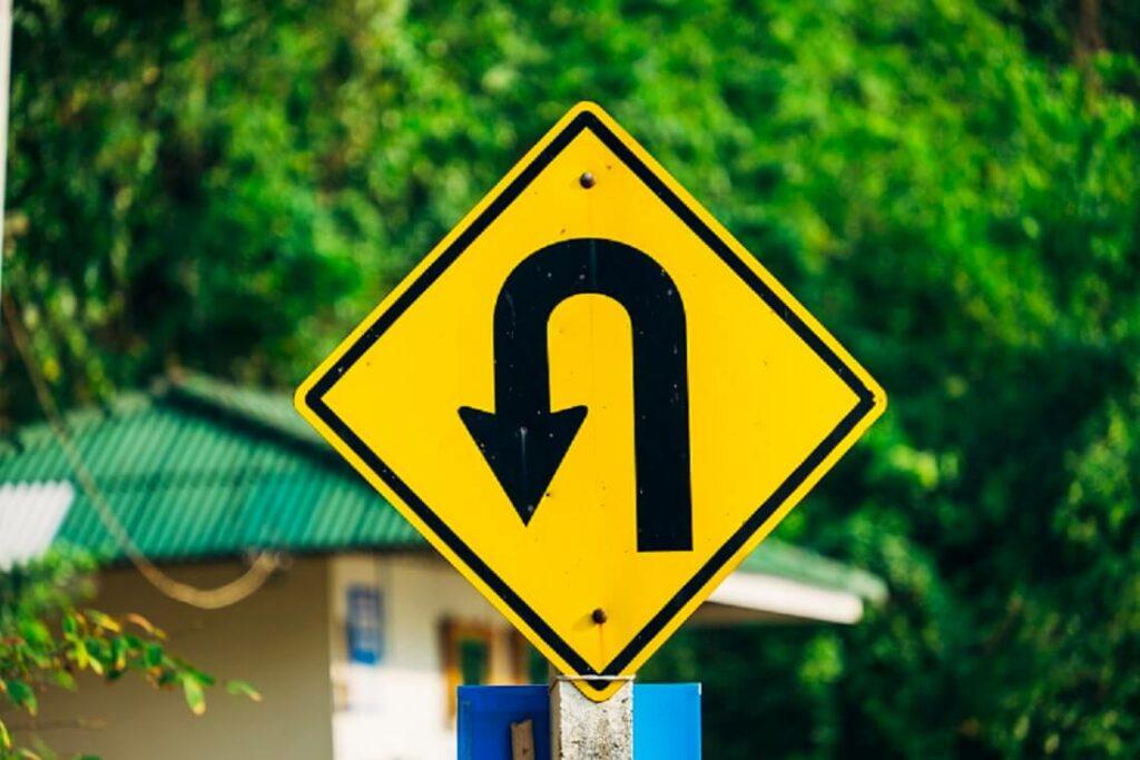 foto de placa de trânsito indicando retorno
