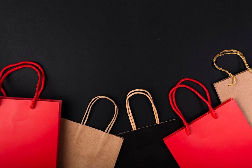 checklist da black friday imagem com sacolas de compras em fundo preto