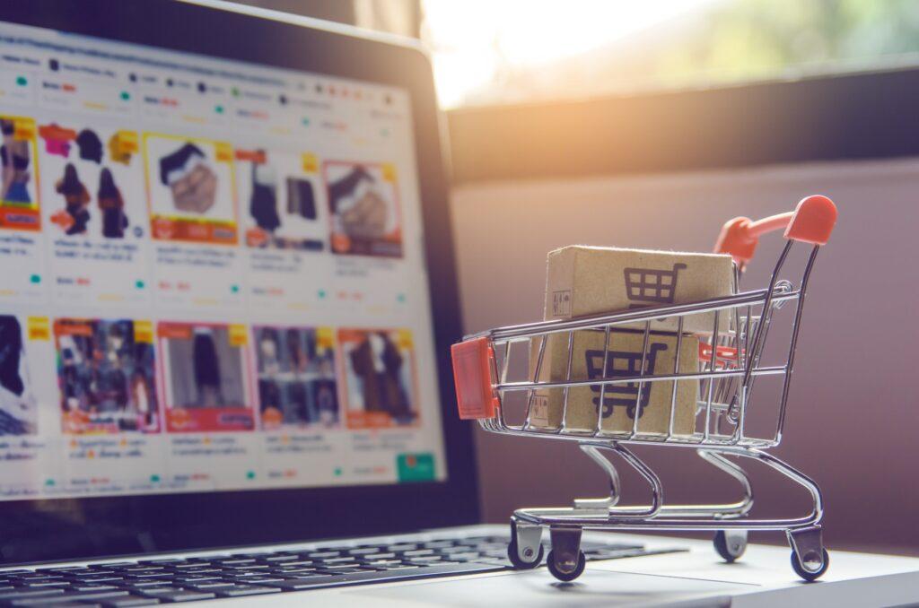 Cerca de 97% dos usuários que passam por sua loja virtual não concluem a compra, daí a importância de adotar a estratégia de remarketing para e-commerce. (Foto: FreePik)