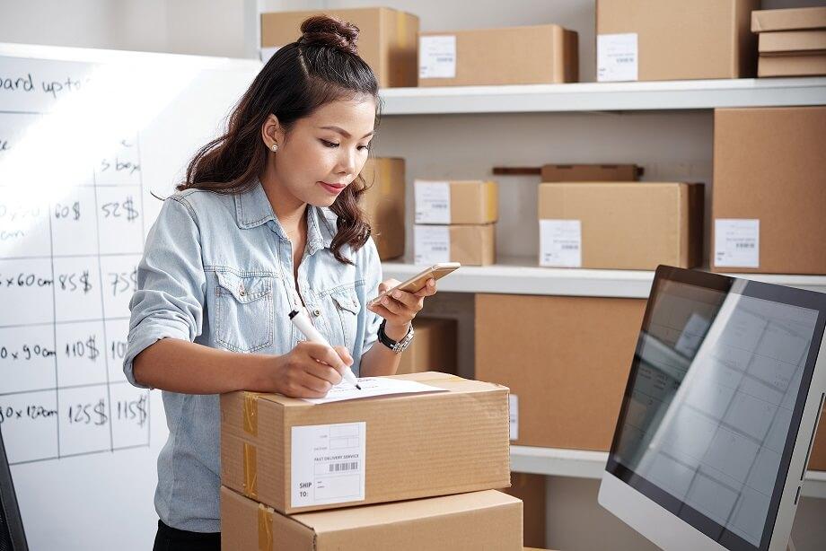 foto de mulher organizando pacotes calcular frete fácil