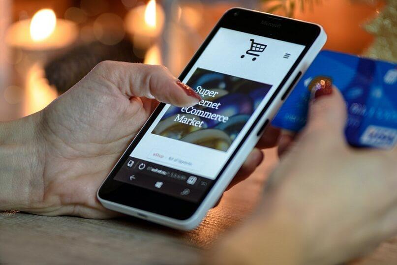 imagem pessoa navegando em site de loja virtual no celular