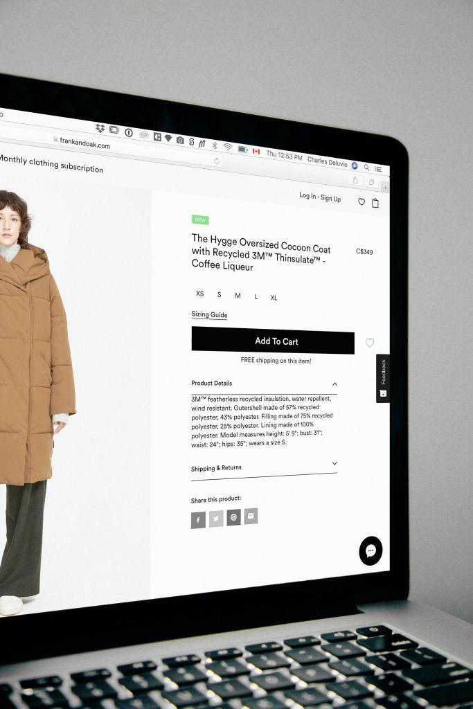 A tela de um computador mostra um site para venda de roupas online, com imagens de qualidade e boa descrição do produto.