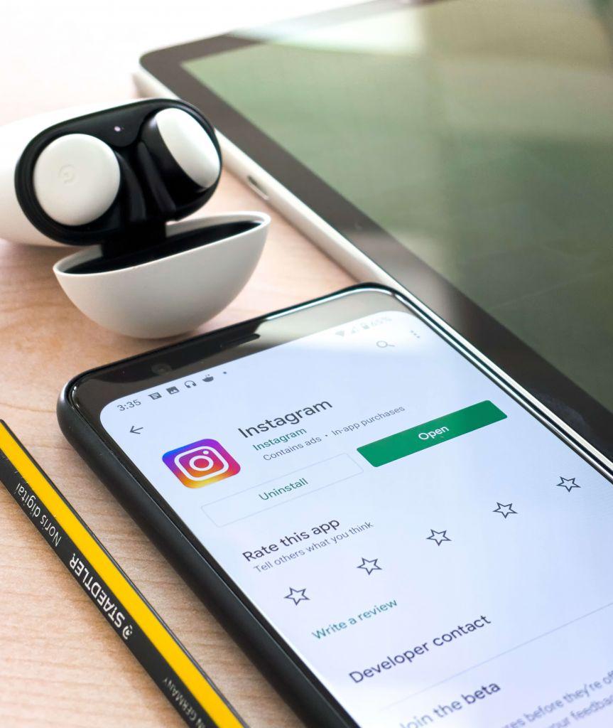 Celular mostrando a tela de instalação do Instagram, que é uma importante ferramenta para o marketing digital para e-commerce.