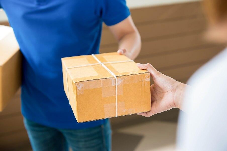 entrega de produtos melhor envio imagem mostra cliente recebendo pacote do entregador