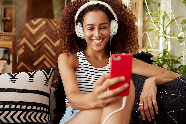 foto de mulher vendo vídeomarketing no celular