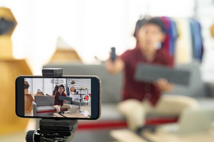 Foto mostra um celular exibindo a gravação de um live shopping