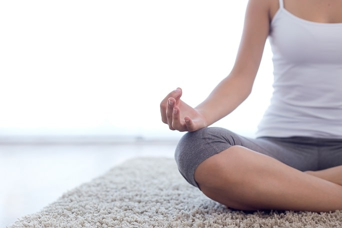 foto de mulher em posição de meditação ilustrando tranquilidade na devolução de produtos