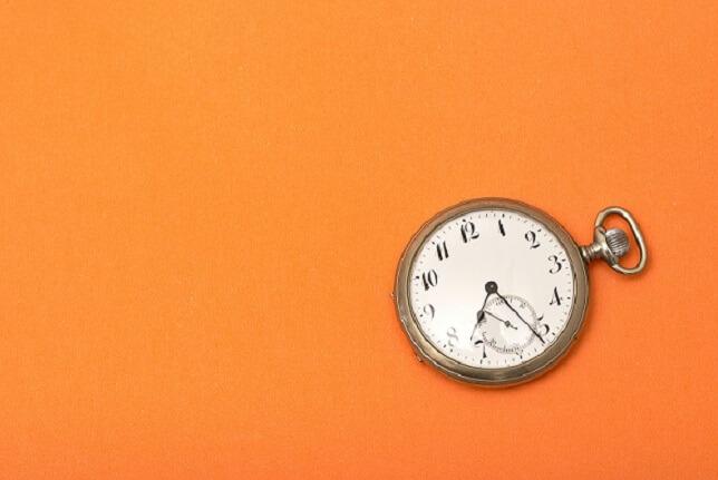 imagem de um relógio antigo em um fundo laranja