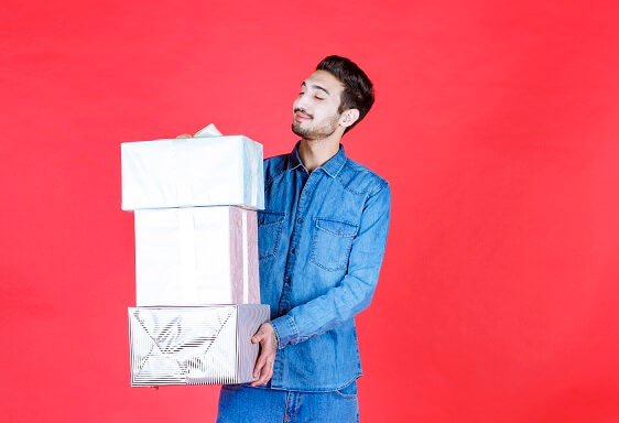 foto de um homem carregando três caixas