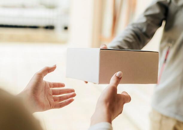 como atrair clientes foto de uma caixa sendo entregue de uma pessoa para outra