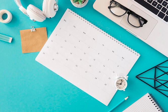 foto de um calendário na mesa de trabalho