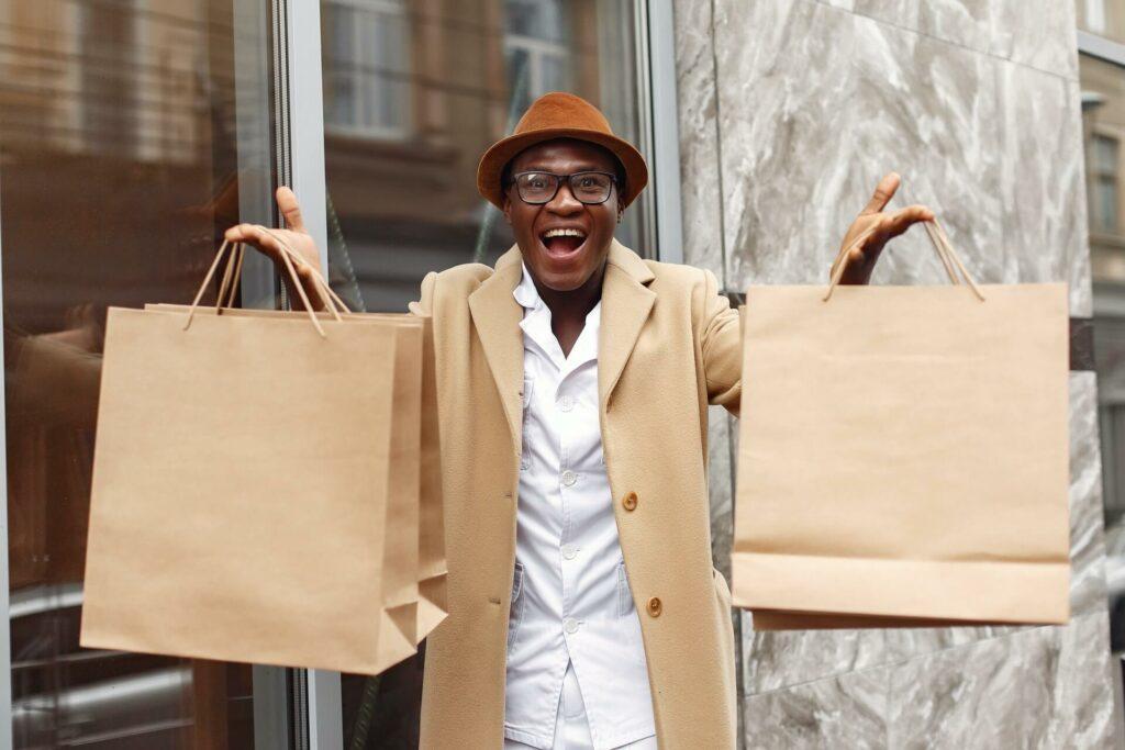foto de um homem sorrindo e carregando sacolas