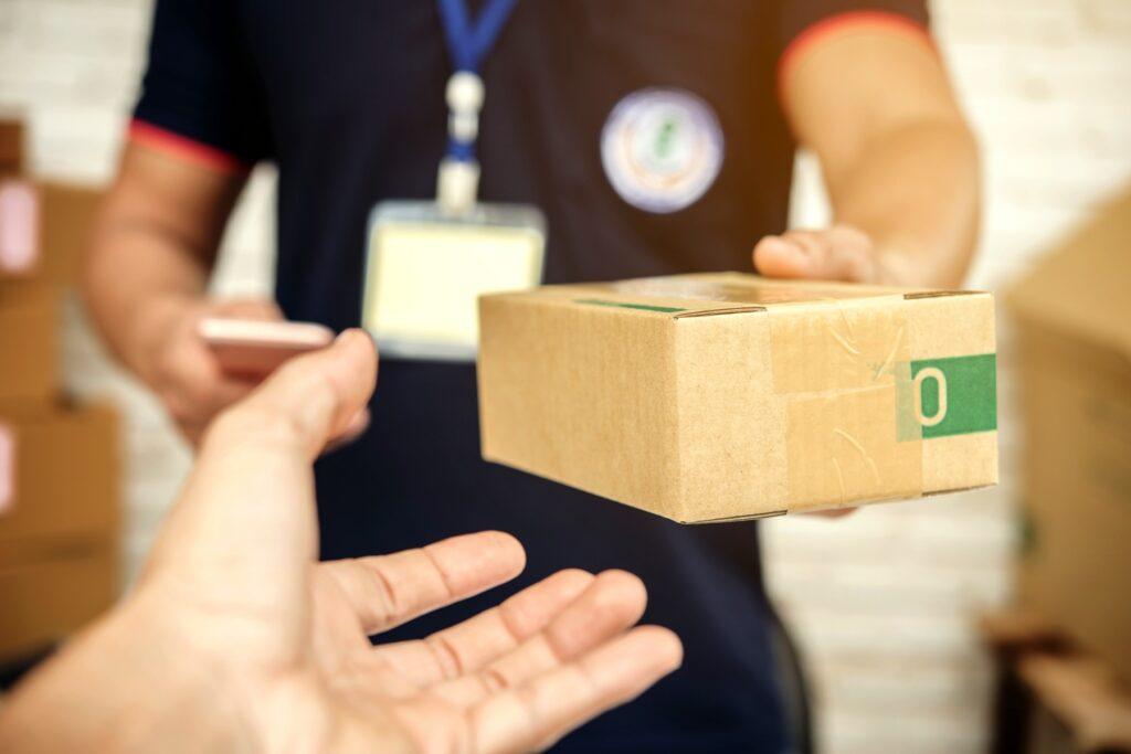Cotar a entrega com diferentes transportadoras é uma maneira de reduzir o valor do frete no seu orçamento. (Foto: FreePik)